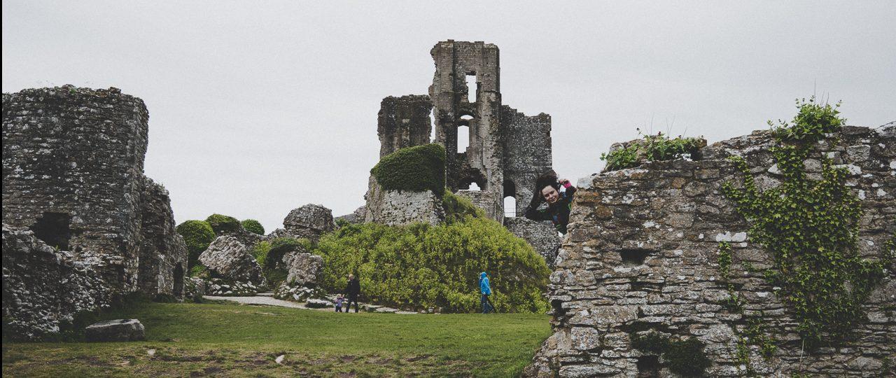 Hrabstwo Dorset i Jego Skarby: Zamek Lulworth (Lulworth Castle) oraz Zamek Corfe (Corfe Castle).